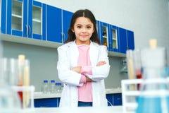 Petit enfant avec apprendre la classe dans le laboratoire d'école sérieux image stock