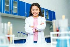 Petit enfant avec apprendre la classe dans le laboratoire d'école se tenant sûr image stock