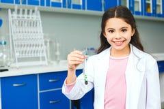 Petit enfant avec apprendre la classe en pousse de fleur de laboratoire d'école Photographie stock libre de droits