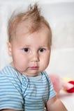 Petit enfant avec la coiffure drôle sur la tête Image libre de droits