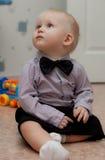 Petit enfant avec la relation étroite de proue Photo stock