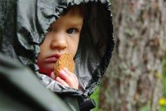 Petit enfant avec le biscuit Photo libre de droits