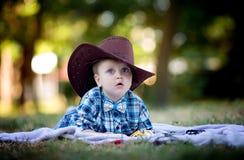 Petit enfant avec le chapeau de cowboy Images libres de droits