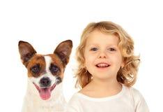 Petit enfant blond avec son chien images libres de droits