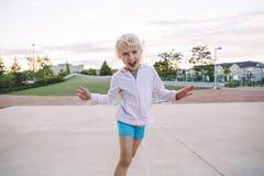 Petit enfant caucasien blond adorable de fille faisant le visage idiot drôle photos libres de droits