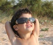 Petit enfant dans des lunettes de soleil Images stock