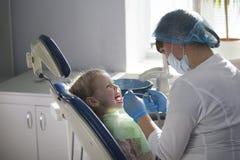 Petit enfant dans la chaise de stomatologie - art dentaire d'enfants photos stock