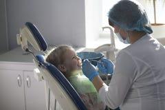 Petit enfant dans la chaise de stomatologie - art dentaire d'enfants photos libres de droits