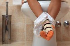 Petit enfant dans la toilette Photo stock