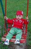 Petit enfant dans le berceau Images libres de droits