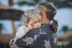 Petit enfant dans les bras du père embrassant le portrait Images libres de droits