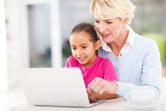 Petit-enfant de enseignement de grand-mère Images libres de droits