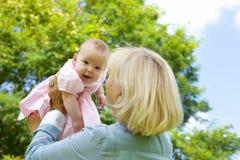 Petit-enfant de levage de Drandmother  Photos stock