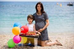 Petit enfant doux et sa maman enceinte, célébrant son sixième b Photo libre de droits