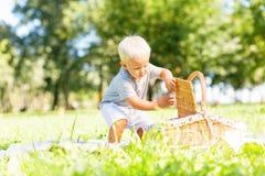 Petit enfant doux explorant le panier en parc image stock