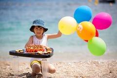 Petit enfant doux, garçon, célébrant son sixième anniversaire sur le b Images stock