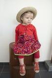 Petit enfant en bas âge avec le chapeau d'été de paille Photos libres de droits