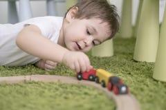 Petit enfant en bas âge dans une salle d'enfants colorée dans une crèche ou une école maternelle garçon d'enfant jouant avec des  Photo stock