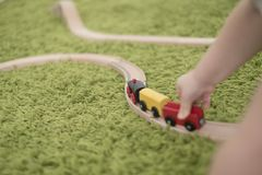 Petit enfant en bas âge dans une salle d'enfants colorée dans une crèche ou une école maternelle garçon d'enfant jouant avec des  Image libre de droits