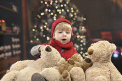 Petit enfant en bas âge devant un arbre de Noël Photos libres de droits