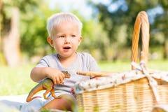 Petit enfant enthousiaste jouant avec un jouet préféré images libres de droits