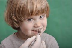 Petit enfant et instrument dentaire images libres de droits