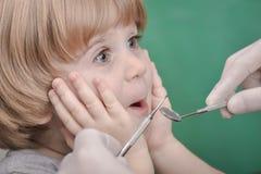 Petit enfant et instrument dentaire photos stock