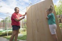 Petit enfant et marteau Photo stock