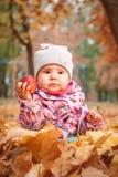 Petit enfant heureux, bébé jouant en automne images libres de droits