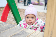 Petit enfant heureux, bébé riant et jouant pendant l'automne sur la promenade de nature dehors Images libres de droits