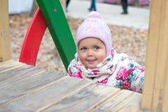 Petit enfant heureux, bébé riant et jouant pendant l'automne sur la promenade de nature dehors Photos stock