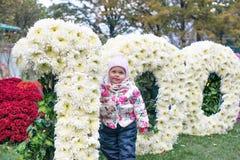 Petit enfant heureux, bébé riant et jouant pendant l'automne sur la promenade de nature dehors Image stock