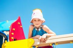 Petit enfant heureux jouant dehors Image stock