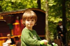 Petit enfant heureux, jouer de bébé garçon Photographie stock