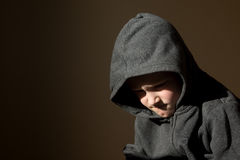 Petit enfant inquiété fatigué par renversement triste (garçon) photo libre de droits