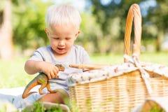 Petit enfant jouant avec un jouet en parc photographie stock