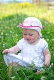 Petit enfant jouant dans l'herbe Photos stock