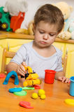 Petit enfant jouant la pâte à modeler Photos libres de droits