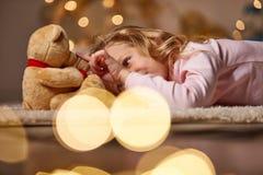 Petit enfant joyeux jouant avec le jouet Photo stock