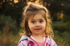 Petit enfant mignon étonné et regardant avec l'intérêt Photographie stock