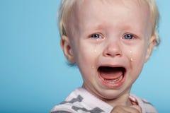 Petit enfant mignon avec des larmes sur le visage images stock