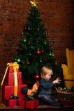 Petit enfant mignon décorant l'arbre de Noël image libre de droits