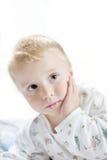 Petit enfant mignon drôle dans des pyjamas avec les cheveux blonds Image libre de droits
