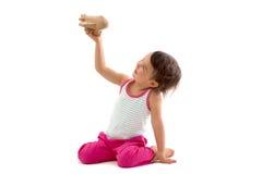 Petit enfant mignon jouant avec un avion de jouet D'isolement sur le blanc Image stock