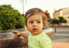 Petit enfant mignon regardant avec l'intérêt Photo libre de droits
