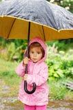 Petit enfant mignon tenant un parapluie photo libre de droits