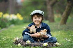 Petit enfant préscolaire mignon, garçon, jouant avec des oeufs de pâques et c Photographie stock