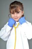 Petit enfant qui veut être un médecin images libres de droits