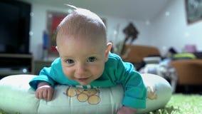 Petit enfant regardant à l'appareil-photo avec la curiosité clips vidéos
