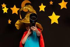 Petit enfant regardant par un télescope photo libre de droits